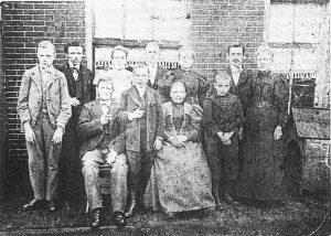 Een familiefoto van David Jan Farjon, geboren in 1844 en getrouwd met Margaretha Christina (1843). Op deze foto zittend van links naar rechts vader David Jan (1844), Arie (1884), Moeder Margaretha Christina (1843), Johannes (1886). Staand van links naar rechts Piet (1881), David Jan (1874), Margaretha (1879), Frederik (1876), Sofia Magdalena (1873), Jan de Haas, Marie (1870), die met Jan getrouwd was. Bron: June Farjon. De foto dateert uit de periode 1895-1900. Bron: June Farjon.
